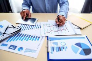 Інтернет маркетолог і SEO експерт вивчає аналітику сайту