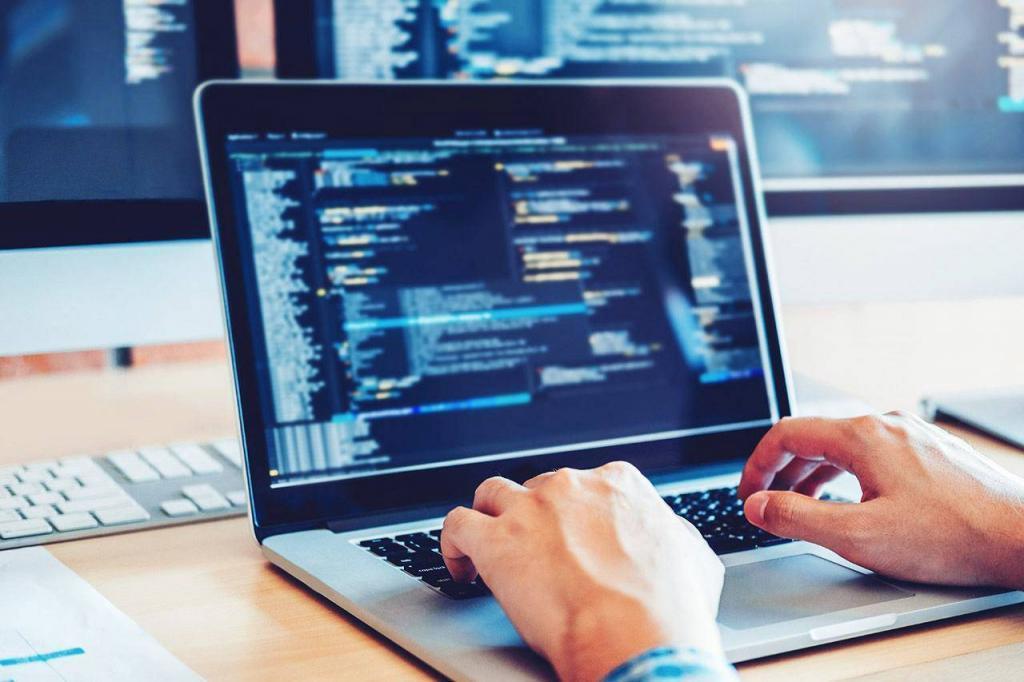 Програміст пише код сайту